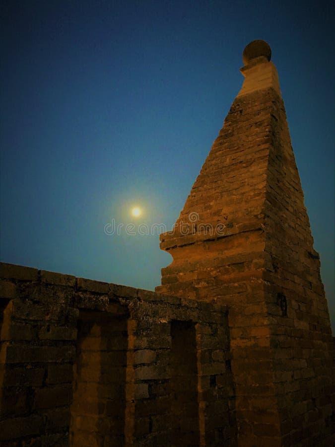 Μεσαιωνικοί πεζούλι, φεγγάρι και ουρανός στοκ εικόνα με δικαίωμα ελεύθερης χρήσης
