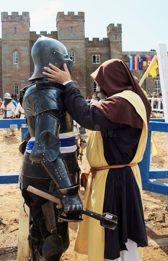 Μεσαιωνικός ιππότης έτοιμος για τον αγώνα στοκ εικόνες