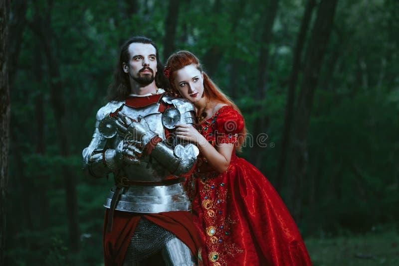 Μεσαιωνικός ιππότης με την κυρία στοκ φωτογραφία με δικαίωμα ελεύθερης χρήσης