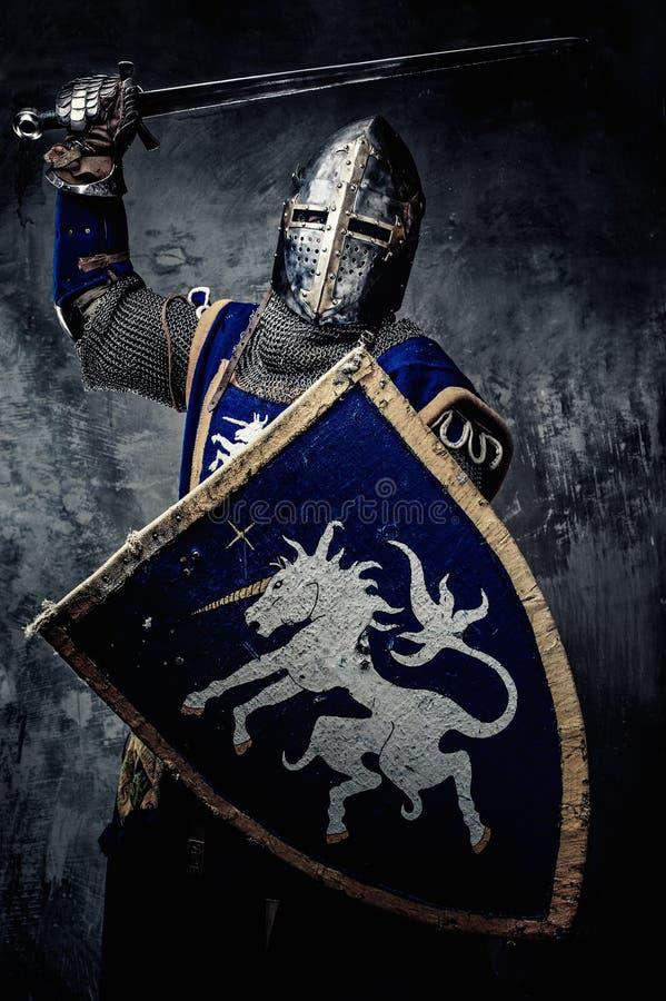 Μεσαιωνικός ιππότης στο πλήρες τεθωρακισμένο στοκ φωτογραφίες