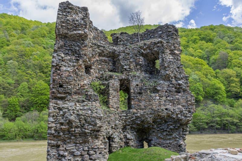 Μεσαιωνικός σπασμένος πύργος Το τελωνείο στον ποταμό Olt στα Καρπάθια βουνά στοκ φωτογραφίες