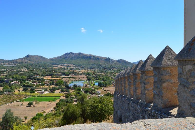 Μεσαιωνικός τοίχος και θέα βουνού κάστρων στοκ εικόνα με δικαίωμα ελεύθερης χρήσης