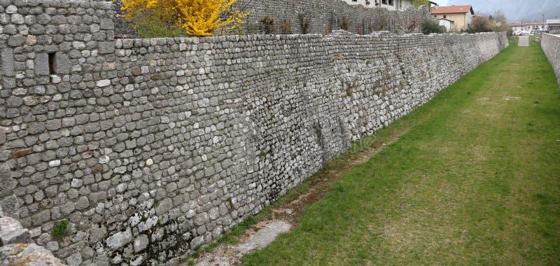 Μεσαιωνικός τοίχος πετρών στην πόλη Venzone στη βόρεια Ιταλία στοκ εικόνες με δικαίωμα ελεύθερης χρήσης