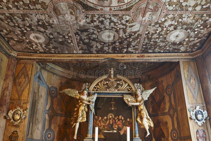 Μεσαιωνικό εσωτερικό εκκλησιών σανίδων Lom Στέγη και βωμός κληρονομιά στοκ εικόνες