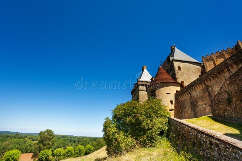 Μεσαιωνικό κάστρο Biron ενάντια στο μπλε ουρανό, Γαλλία στοκ φωτογραφία με δικαίωμα ελεύθερης χρήσης