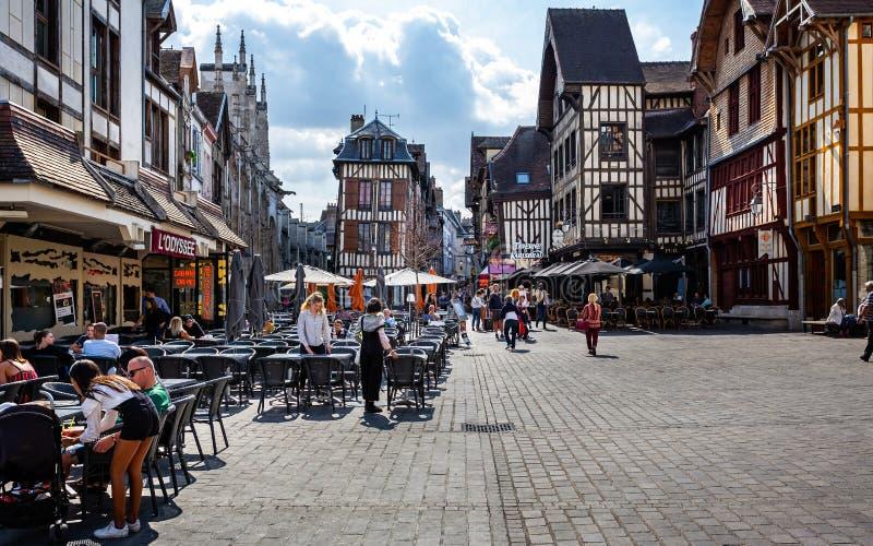 Μεσαιωνικό κέντρο Troyes με τα κατά το ήμισυ εφοδιασμένα με ξύλα κτήρια στοκ εικόνες