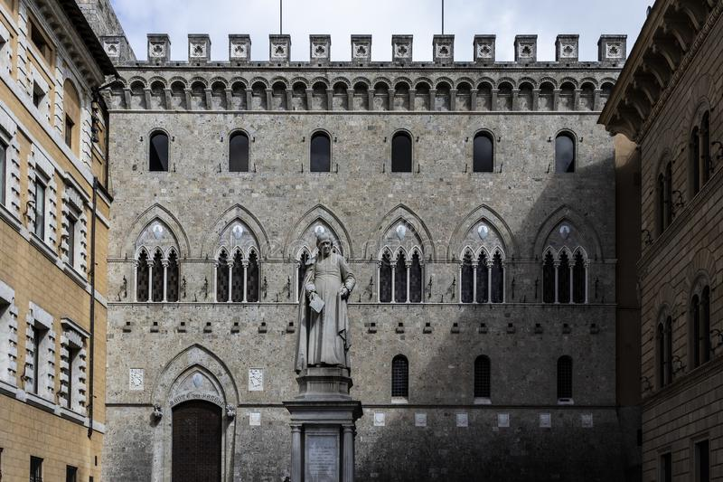 Μεσαιωνικό και παλαιό όμορφο ορόσημο προσόψεων οικοδόμησης στη Σιένα στοκ φωτογραφία