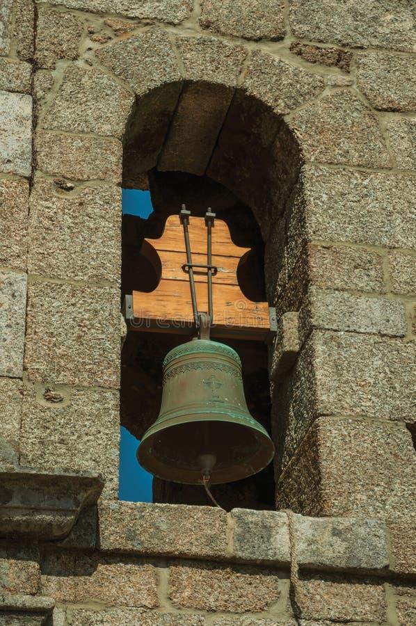 Μεσαιωνικό καμπαναριό φιαγμένο από τούβλα πετρών με το κουδούνι στοκ εικόνες
