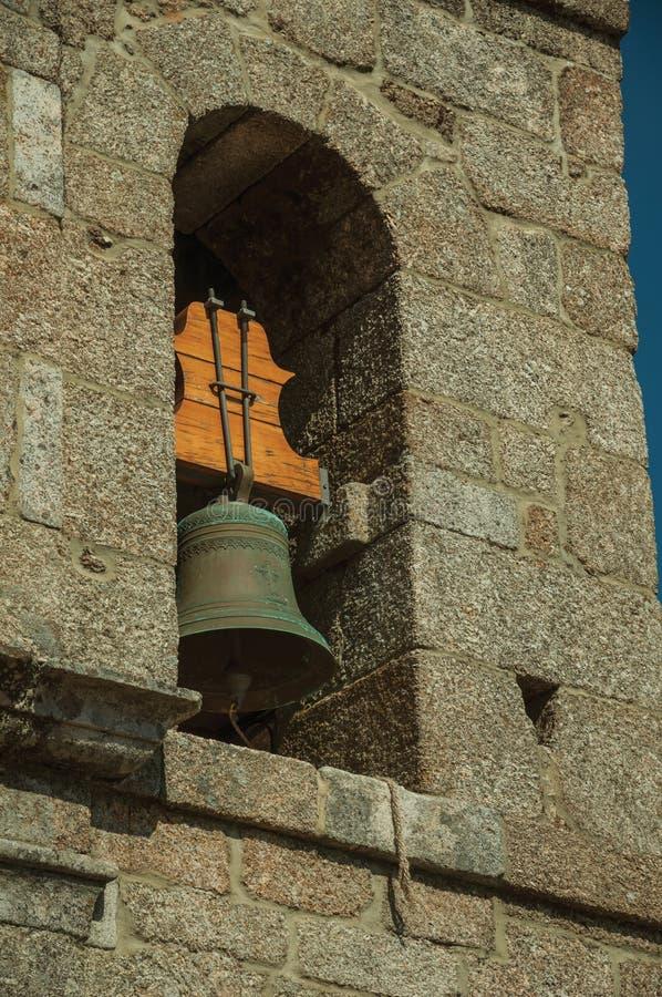 Μεσαιωνικό καμπαναριό φιαγμένο από τούβλο πετρών με το κουδούνι χαλκού στοκ φωτογραφίες