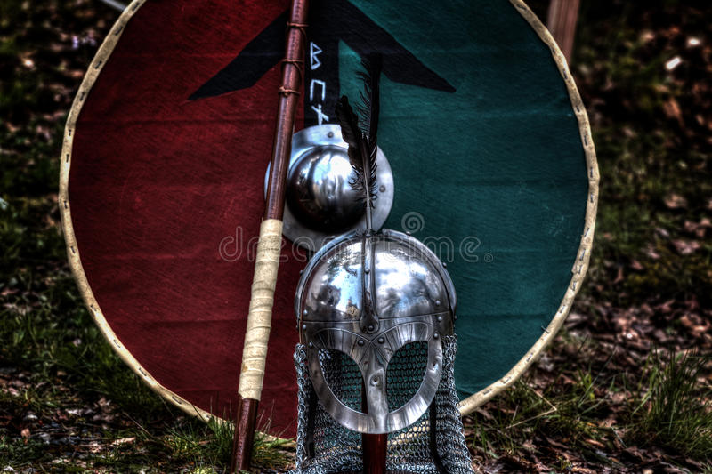 Μεσαιωνικό κράνος ιπποτών, ασπίδα στοκ φωτογραφία