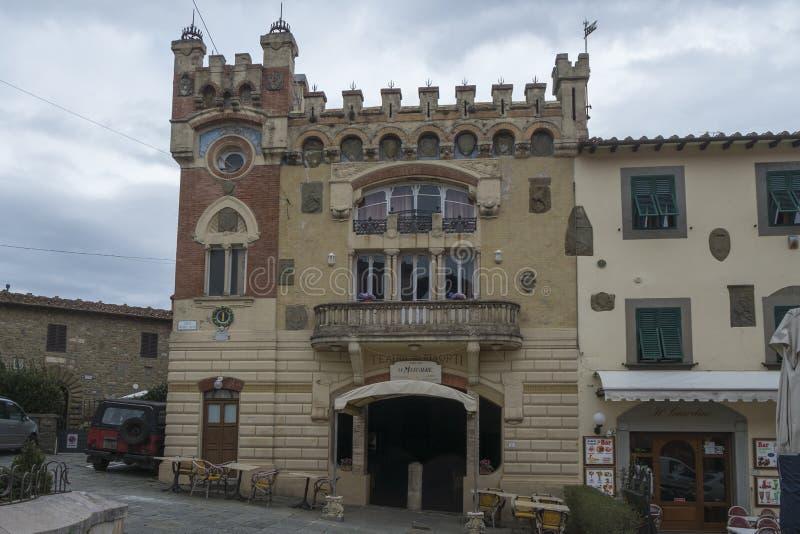 Μεσαιωνικό κτήριο με το μπαλκόνι και ευρείες πύλες σε Montecatini Alto, Ιταλία στοκ φωτογραφίες με δικαίωμα ελεύθερης χρήσης