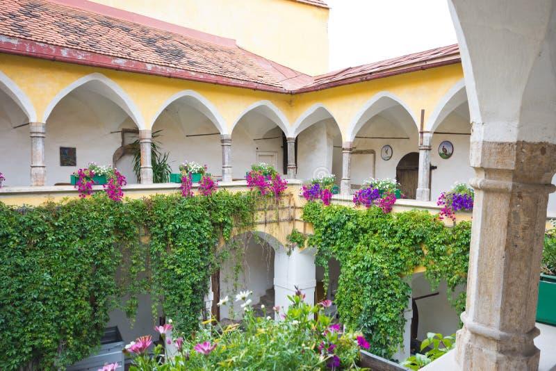 Μεσαιωνικό προαύλιο με τα arcades σε Judenburg στοκ εικόνα με δικαίωμα ελεύθερης χρήσης