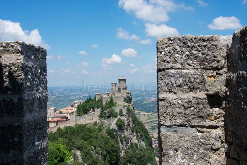 Μεσαιωνικό τοπίο κάστρων στον Άγιο Μαρίνο στοκ φωτογραφία