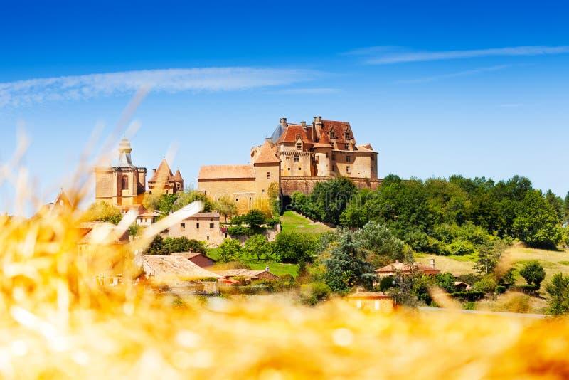 Μεσαιωνικό τοπ χωριό λόφων Biron στη Γαλλία στοκ φωτογραφία