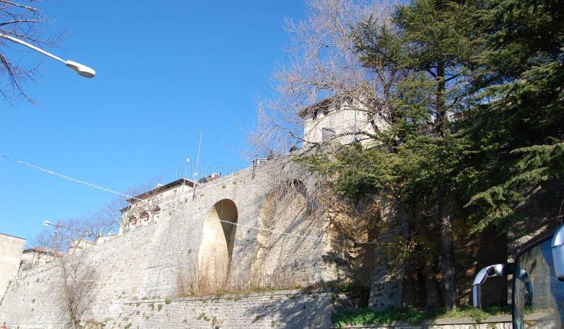 Μεσαιωνικό φρούριο στον Άγιο Μαρίνο, Ιταλία στοκ εικόνα με δικαίωμα ελεύθερης χρήσης