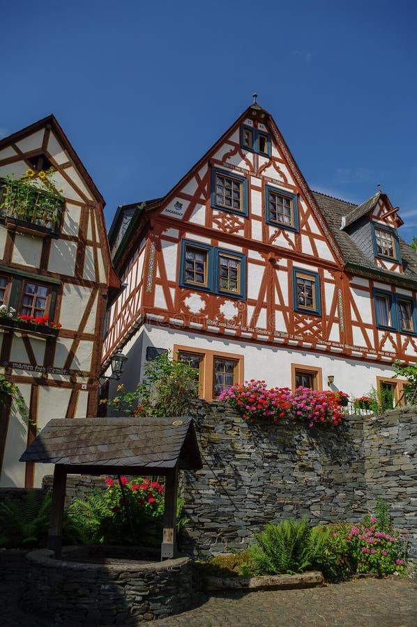 Μεσαιωνικό χωριό Bacharach Παραδοσιακά πλαίσια (Fachwerk) χ στοκ φωτογραφία