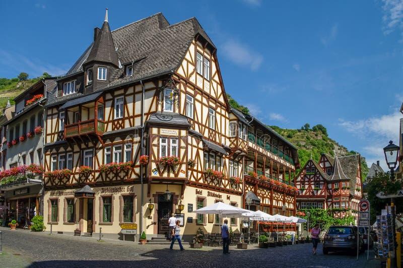 Μεσαιωνικό χωριό Bacharach Παραδοσιακά σπίτια πλαισίων (Fachwerk) στις οδούς πόλεων κοιλάδα της Γερμανίας Ρήν&o στοκ φωτογραφία με δικαίωμα ελεύθερης χρήσης
