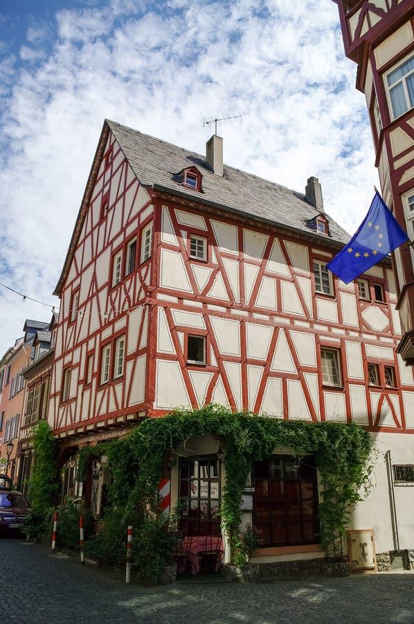 Μεσαιωνικό χωριό Bacharach Παραδοσιακά σπίτια Fachwerk πλαισίων στις οδούς πόλεων κοιλάδα της Γερμανίας Ρήν&o στοκ φωτογραφίες