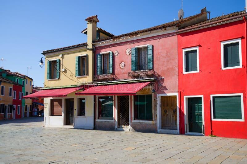 Μεσημβρία στις πολύχρωμες μικρές οδούς του νησιού Burano Ιταλία Βενετία στοκ φωτογραφίες με δικαίωμα ελεύθερης χρήσης