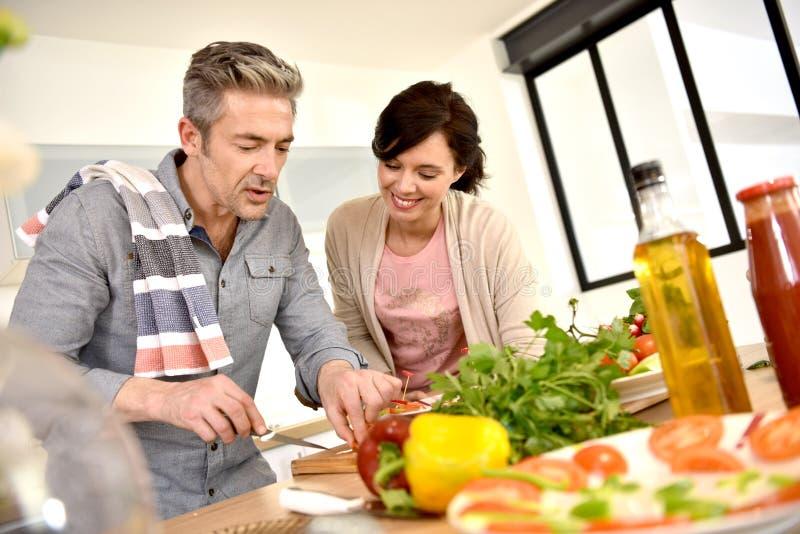 Μεσημεριανό γεύμα καθορισμού ζεύγους στη σύγχρονη κουζίνα στοκ εικόνα