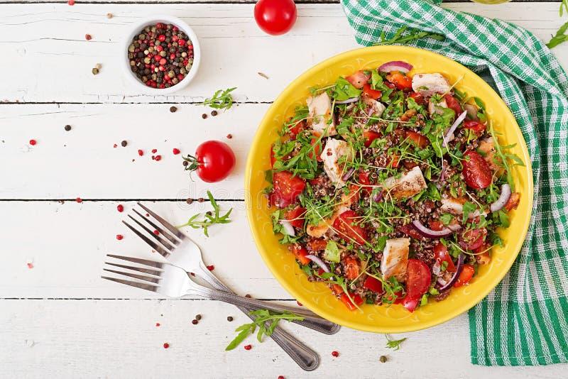 Μεσημεριανό γεύμα κύπελλων σαλάτας με το ψημένα στη σχάρα κοτόπουλο και quinoa, ντομάτα, γλυκά πιπέρια, κόκκινα κρεμμύδια στοκ εικόνα με δικαίωμα ελεύθερης χρήσης