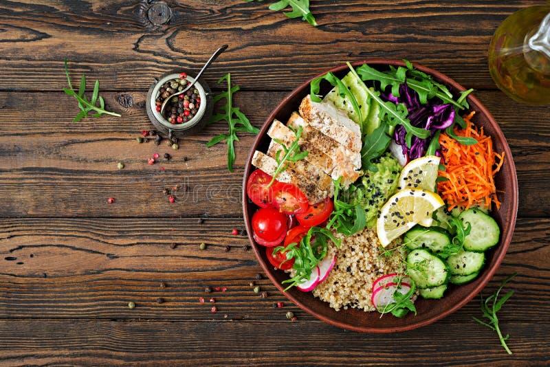 Μεσημεριανό γεύμα κύπελλων του Βούδα με το ψημένα στη σχάρα κοτόπουλο και quinoa, ντομάτα, guacamole στοκ φωτογραφίες