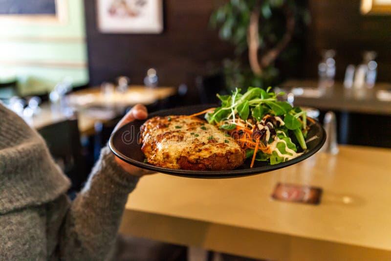 Μεσημεριανό γεύμα που προετοιμάζεται φρέσκο στο εστιατόριο στοκ εικόνες με δικαίωμα ελεύθερης χρήσης
