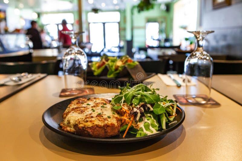 Μεσημεριανό γεύμα που προετοιμάζεται φρέσκο στο εστιατόριο στοκ φωτογραφία