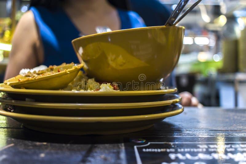 Μεσημεριανό γεύμα σε ένα ταϊλανδικό εστιατόριο Μια γυναίκα τρώει το ρύζι με τα λαχανικά και τη σούπα στοκ φωτογραφία