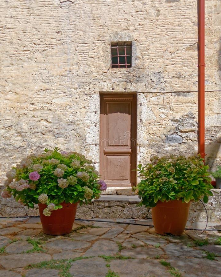 Μεσογειακά εκλεκτής ποιότητας πρόσοψη και flowerpots σπιτιών στοκ φωτογραφία με δικαίωμα ελεύθερης χρήσης