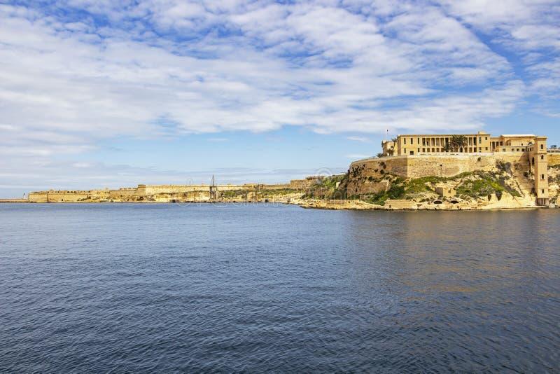 Μεσογειακή άποψη μέρους του νοσοκομείου και του οχυρού Ricasoli στην απόσταση, Μάλτα Bighi στοκ φωτογραφία με δικαίωμα ελεύθερης χρήσης