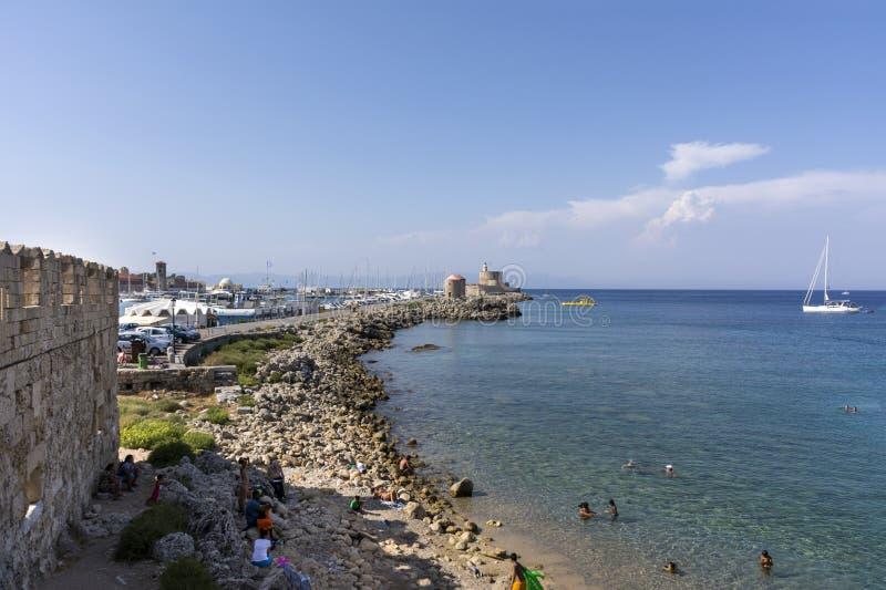 Μεσογειακή ακτή, νησί της Ρόδου, Ελλάδα, δύσκολη παραλία στοκ εικόνα