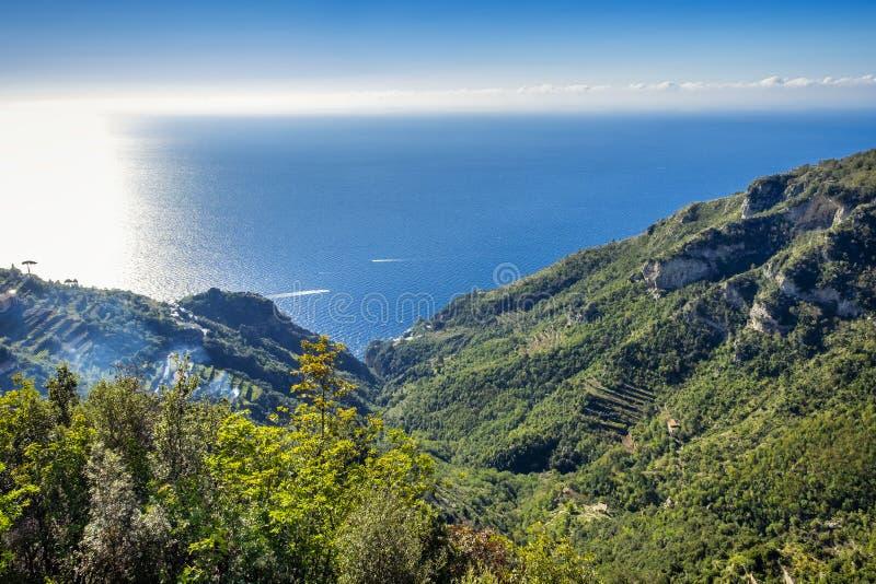 Μεσογειακή ακτή στην Αμάλφη στην Ιταλία Απόψεις από την πορεία του πεζοπορώ Θεών στοκ φωτογραφία με δικαίωμα ελεύθερης χρήσης