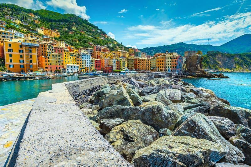 Μεσογειακή εικονική παράσταση πόλης με το λιμάνι και τα γιοτ, θέρετρο Camogli, Λιγυρία, Ιταλία στοκ εικόνες
