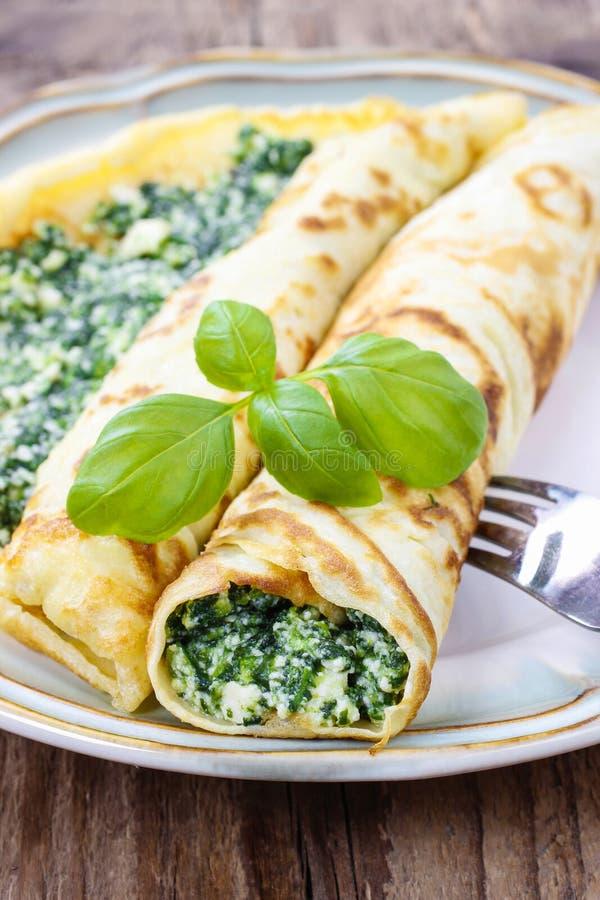 Μεσογειακή κουζίνα: crepes γεμισμένος με το τυρί και το σπανάκι στοκ φωτογραφίες