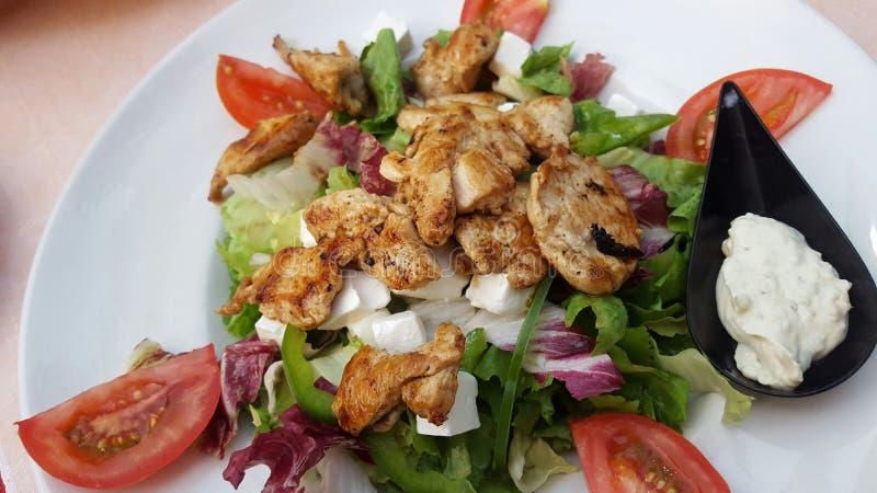 Μεσογειακή σαλάτα με το κοτόπουλο στοκ εικόνες