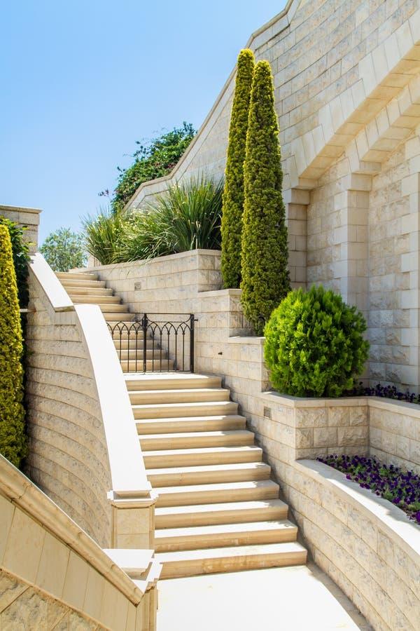 Μεσογειακός κήπος με τη σκάλα στοκ φωτογραφία με δικαίωμα ελεύθερης χρήσης
