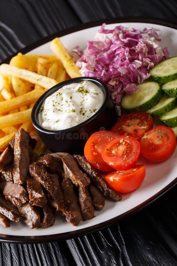 Μεσογειακό κύπελλο Shawarma βόειου κρέατος με τις τηγανιτές πατάτες, τα λαχανικά και την κινηματογράφηση σε πρώτο πλάνο σάλτσας κ στοκ εικόνες