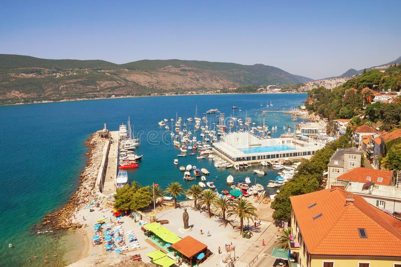 Μεσογειακό τοπίο Μαυροβούνιο, κόλπος Kotor Άποψη της πόλης Herceg Novi στοκ φωτογραφία με δικαίωμα ελεύθερης χρήσης