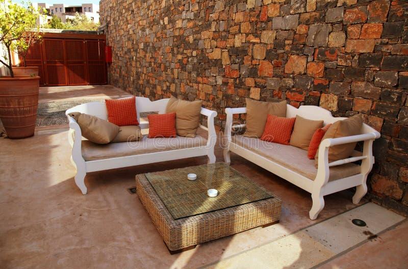 Μεσογειακό patio με τα άσπρα υπαίθρια έπιπλα στοκ εικόνες