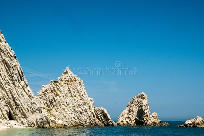 Μεσογειακό seascape LE Due Sorelle, διάσημη παραλία Conero στοκ εικόνες