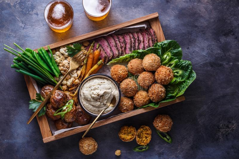 Μεσο-Ανατολικά τρόφιμα κομμάτων: falafel, babaghanoush, πατάτες, βόειο κρέας, πράσινα veggies στοκ φωτογραφία με δικαίωμα ελεύθερης χρήσης