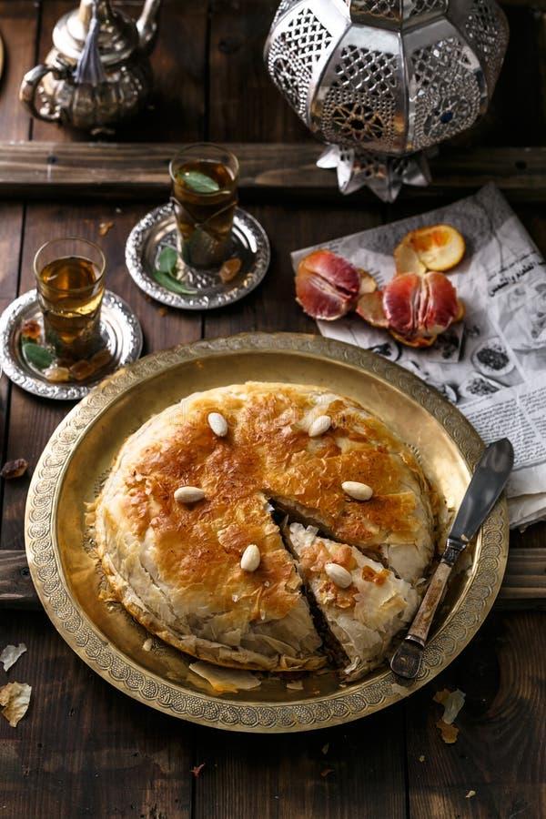 Μεσο-Ανατολική πίτα με το τσάι, παραδοσιακό ύφος στοκ εικόνες