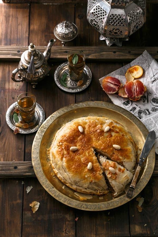 Μεσο-Ανατολική πίτα με το τσάι, παραδοσιακό ύφος στοκ εικόνα με δικαίωμα ελεύθερης χρήσης
