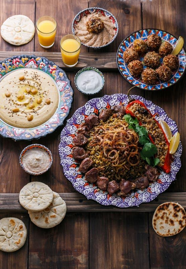 Μεσο-Ανατολικό ή αραβικό pilaf με το hummus, falafel, την εμβύθιση μελιτζάνας και τη τοπ άποψη pitas στοκ εικόνες