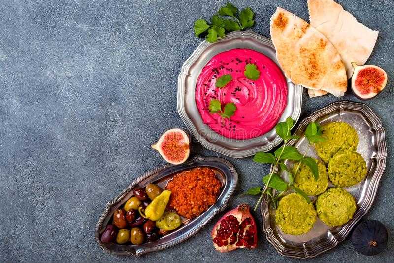 Μεσο-Ανατολικό παραδοσιακό γεύμα Αυθεντική αραβική κουζίνα Τρόφιμα κομμάτων Meze Η τοπ άποψη, επίπεδη βάζει στοκ εικόνες με δικαίωμα ελεύθερης χρήσης