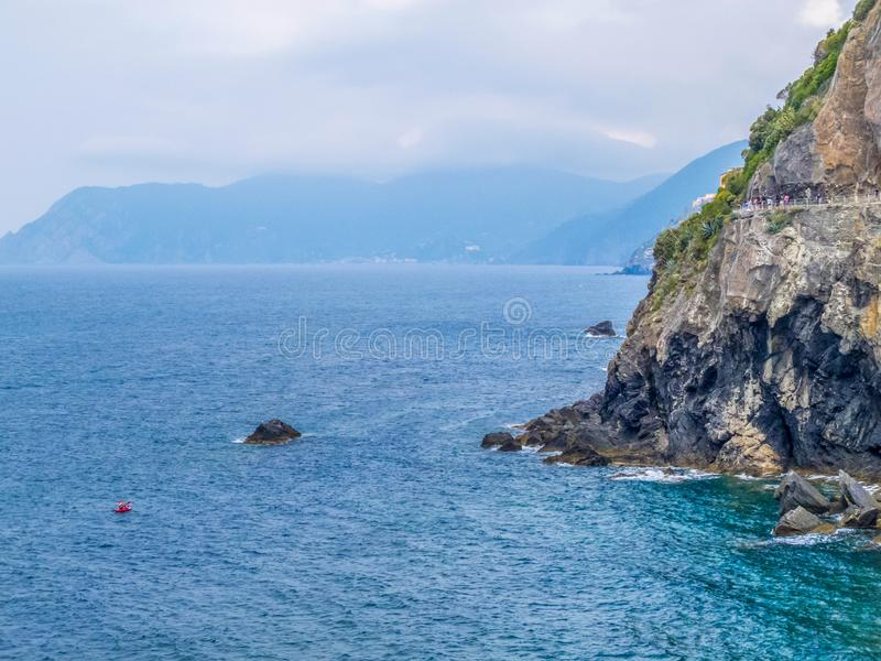 """Μεσόγειος και εθνικό πάρκο Cinque Terre κατά τη γραφική θερινή άποψη της Ιταλίας με την πορεία της αγάπης ή μέσω της κοιλάδας """"Am στοκ φωτογραφία"""