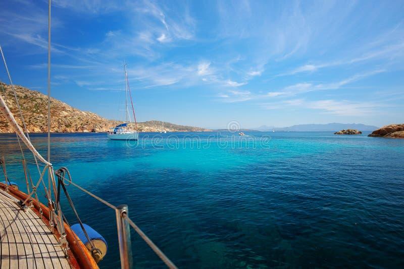 Μεσόγειος, Σαρδηνία, Ιταλία Πλέοντας βάρκες στοκ εικόνες