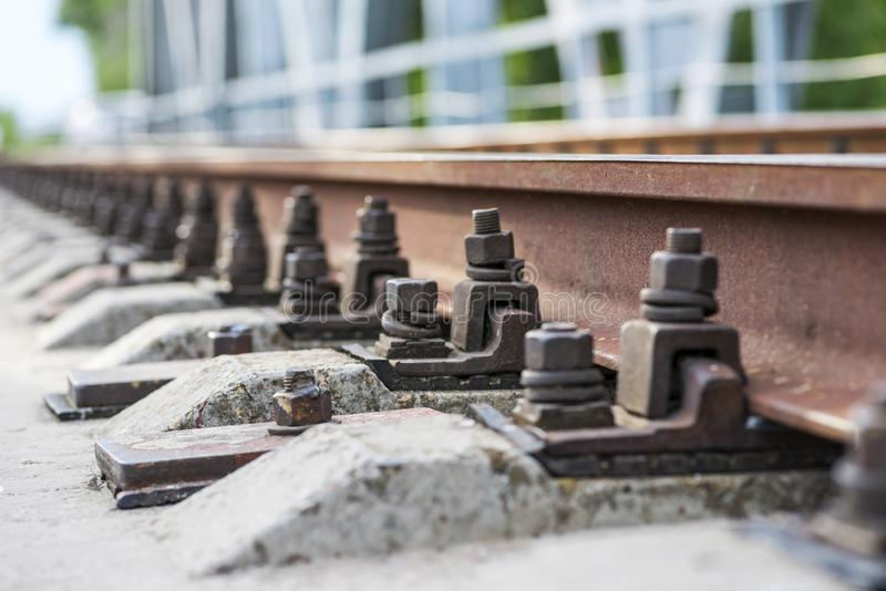 Μετάβαση αμαξοστοιχίας. Σιδηροτροχιά. Στρωτήρες και σιδηροτροχιές σε Î στοκ εικόνες