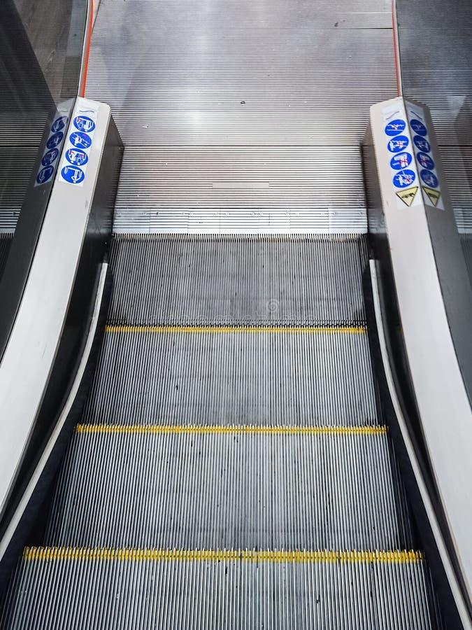 Μετάβαση κάτω από τις κυλιόμενες σκάλες στοκ εικόνες